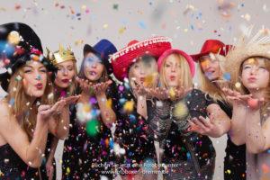 7 Frauen haben werden Konfetti vor der Fotobox