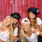 4 Mädchen mit Mützen vor der Fotobox