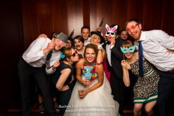 12 Personen auf einer Hochzeit vor der Fotobox