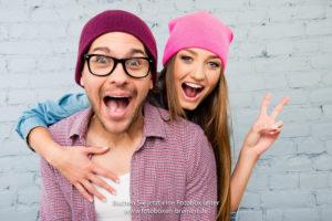 Mann und Frau machen faxen vor der Fotobox