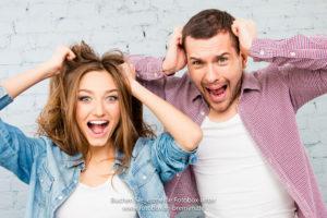 Mann und Frau haben Spaß vor der Fotobox