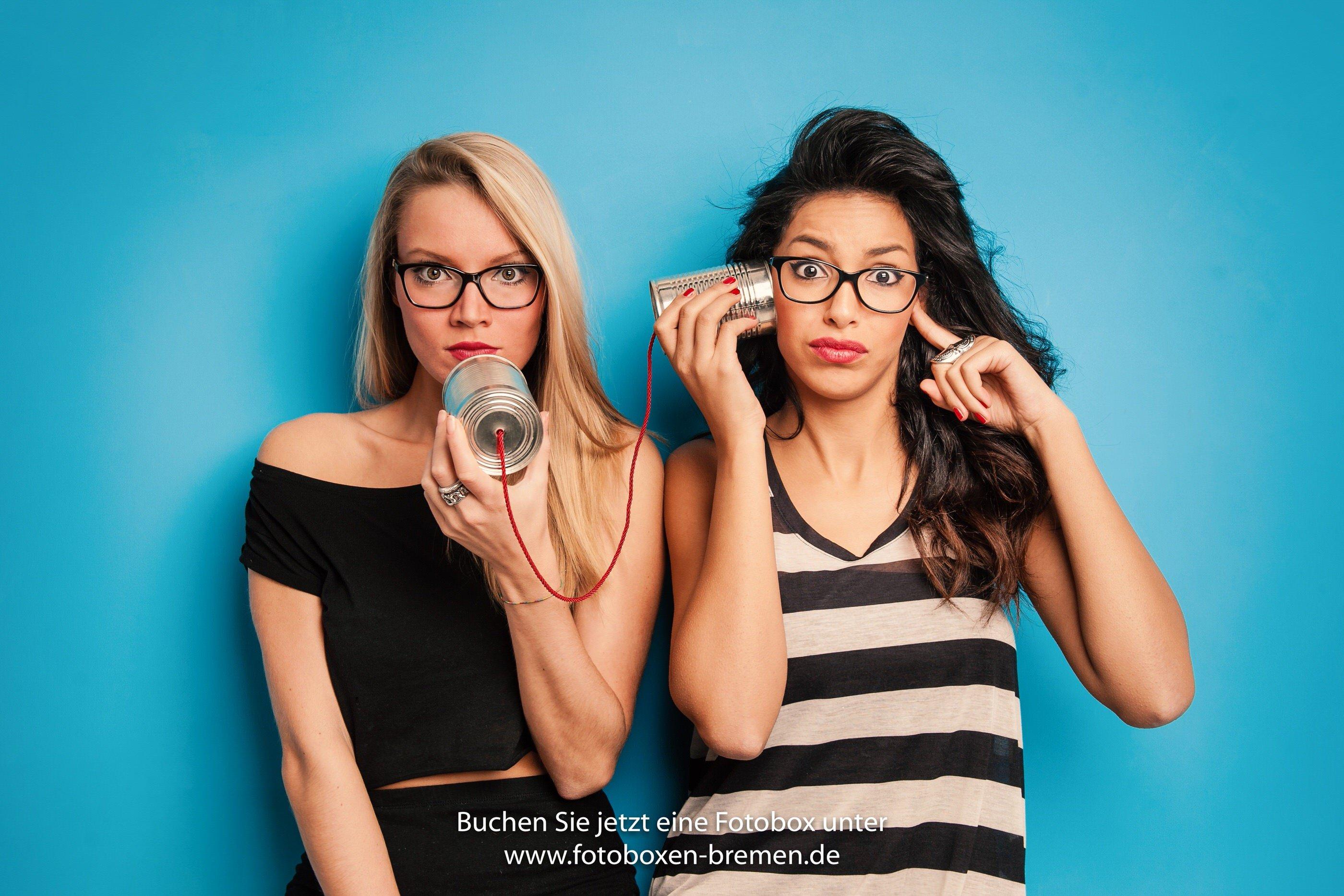 2 Frauen vor einer Fotobox