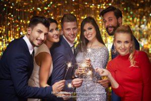 Gruppenfoto auf einer Silvesterparty vor der Fotobox