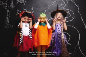Kinder fotografieren sich zu Halloween vor einer Fotobox