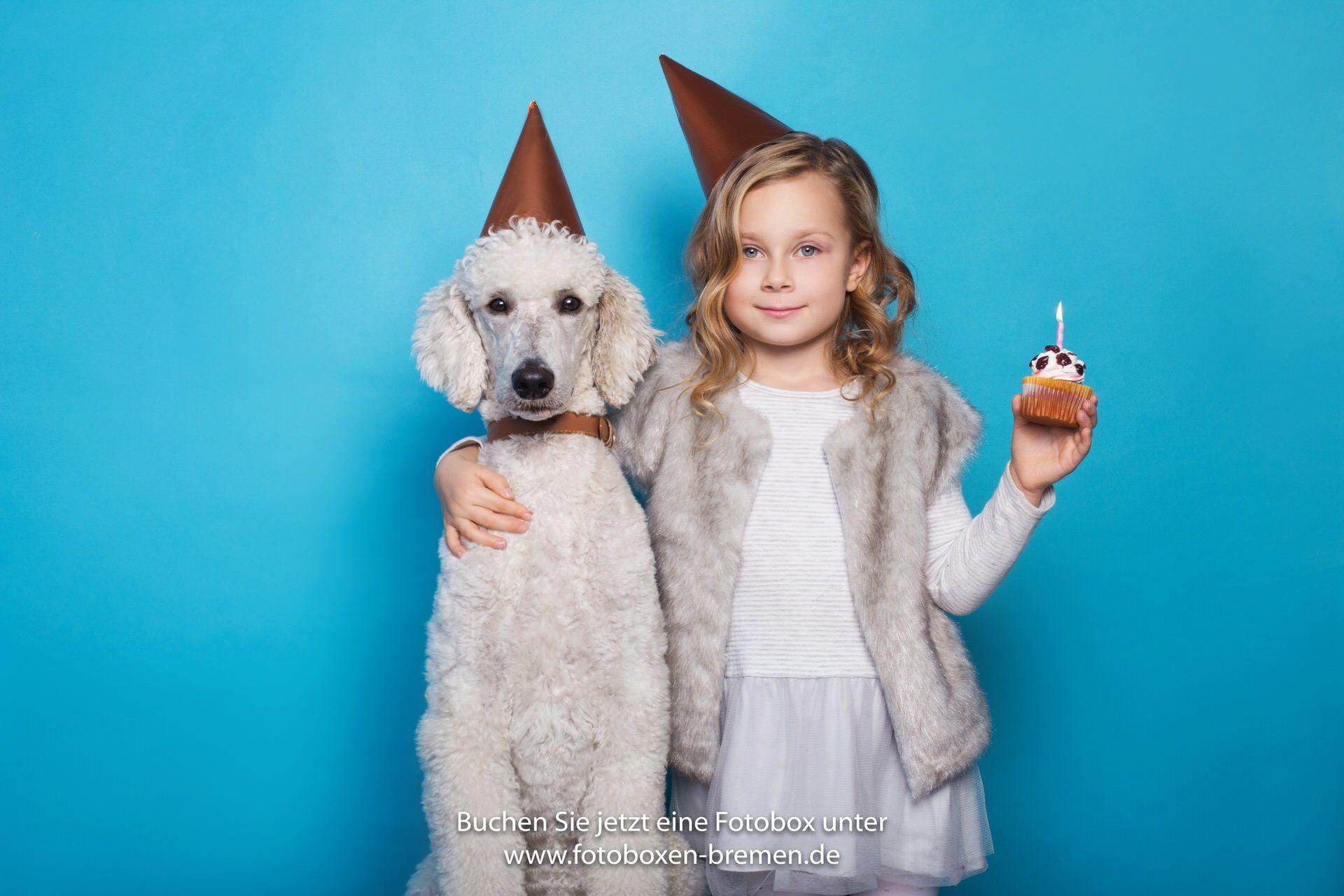 Kind mit Hund vor einer Fotobox